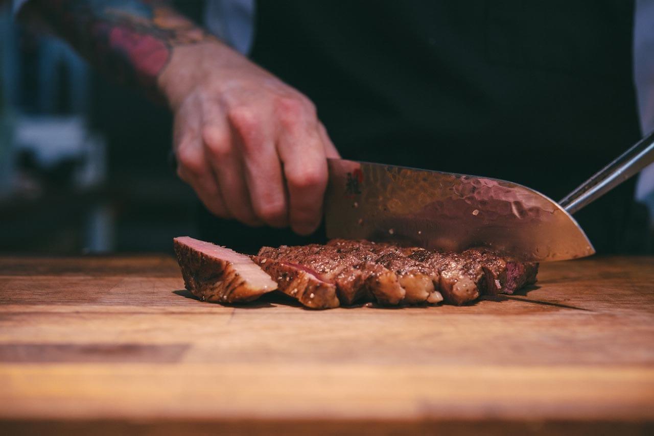 Kesäisin voit maistaa Kellohallinkesäravintolan antimia Teurastamon historiallisissa maisemissa
