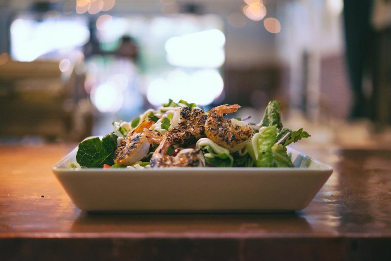 Herkullista salaattia tarjolla joka arkipäivä Kellohallin lounaalla